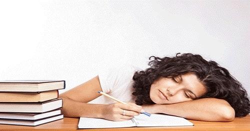 خواب کافی برای افزایش تمرکز برای یادگیری زبان